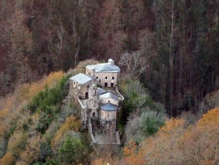 Monasterio de Caaveiro, en pleno corazón de las Fragas