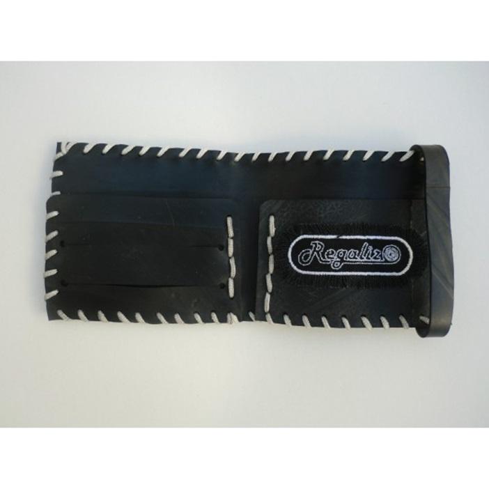Con el caucho de cámaras y neumáticos se pueden hacer infinidad de cosas, como esta cartera, en regalizcycledgum.com