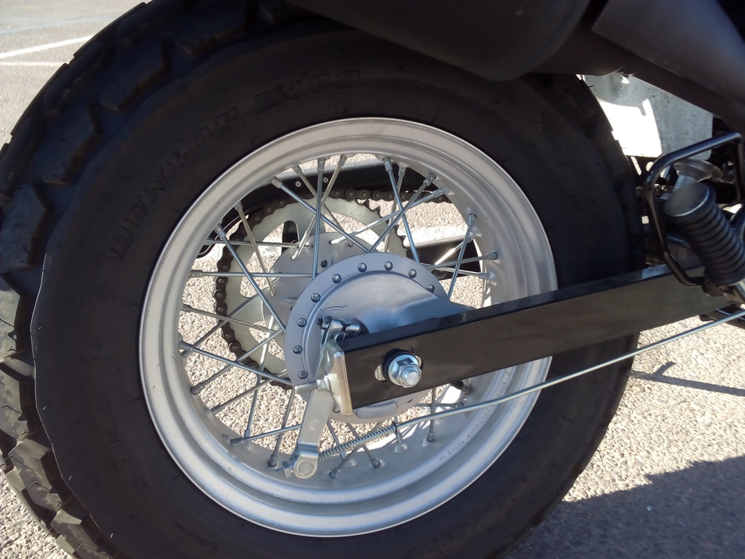 La rueda trasera es un donut y le da personalidad, pero que me vendan como algo retro un freno de tambor...pff