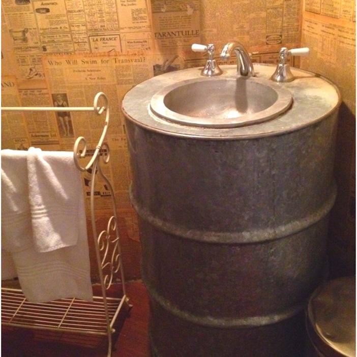 Este mismo lavabo con un bidón viejo de lubricante quedaría estupendo.