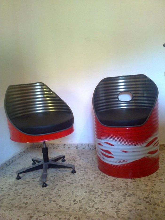De nuevo los bidones, esta vez como sillas.