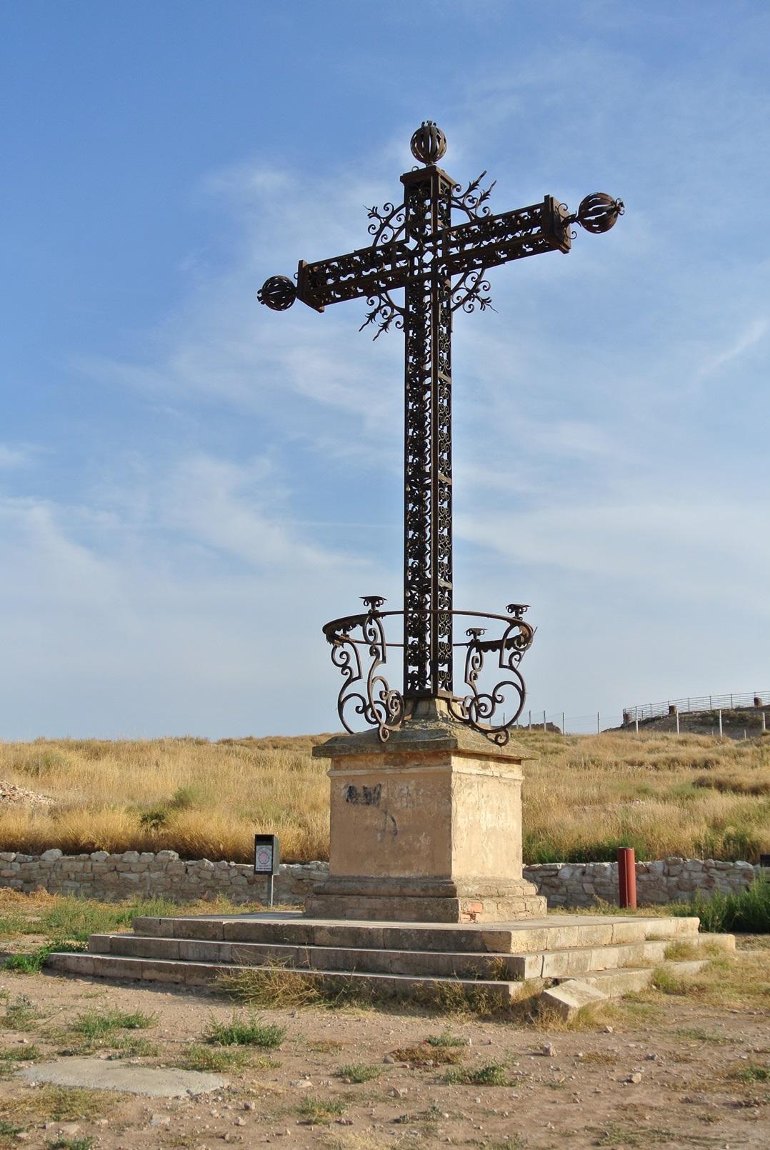 Cruz de los caídos, levantada posteriormente por prisioneros republicanos