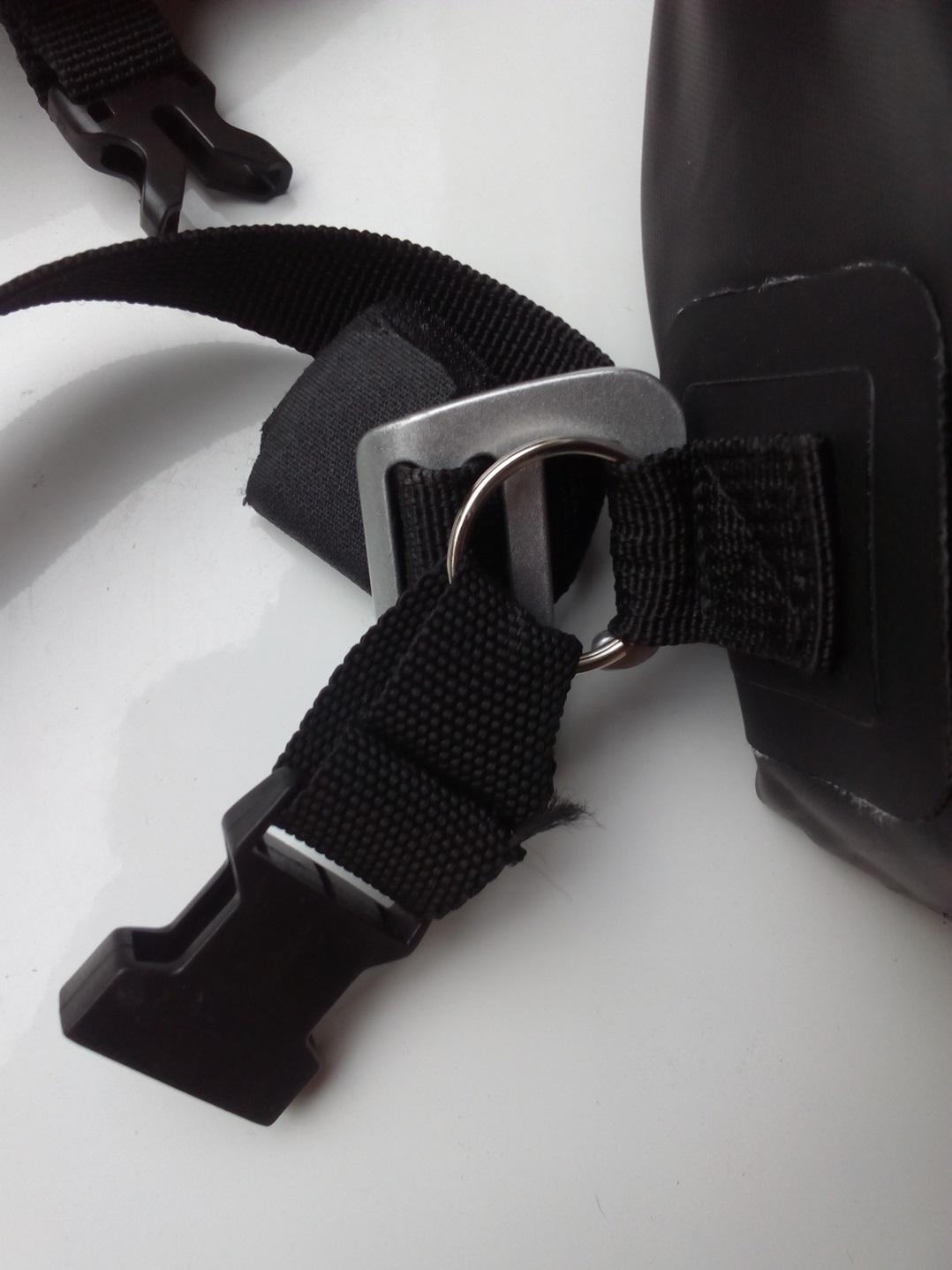 Aprovecho hebillas laterales para colocar una arandela metálica y una cinta bien cosida (por un zapatero) y hebilla