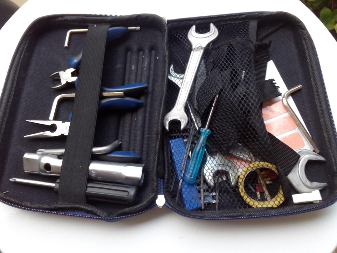 """Mi muy humilde """"caja"""" de herramientas. Aparte, el kit reparapinchazos y las bombillas"""