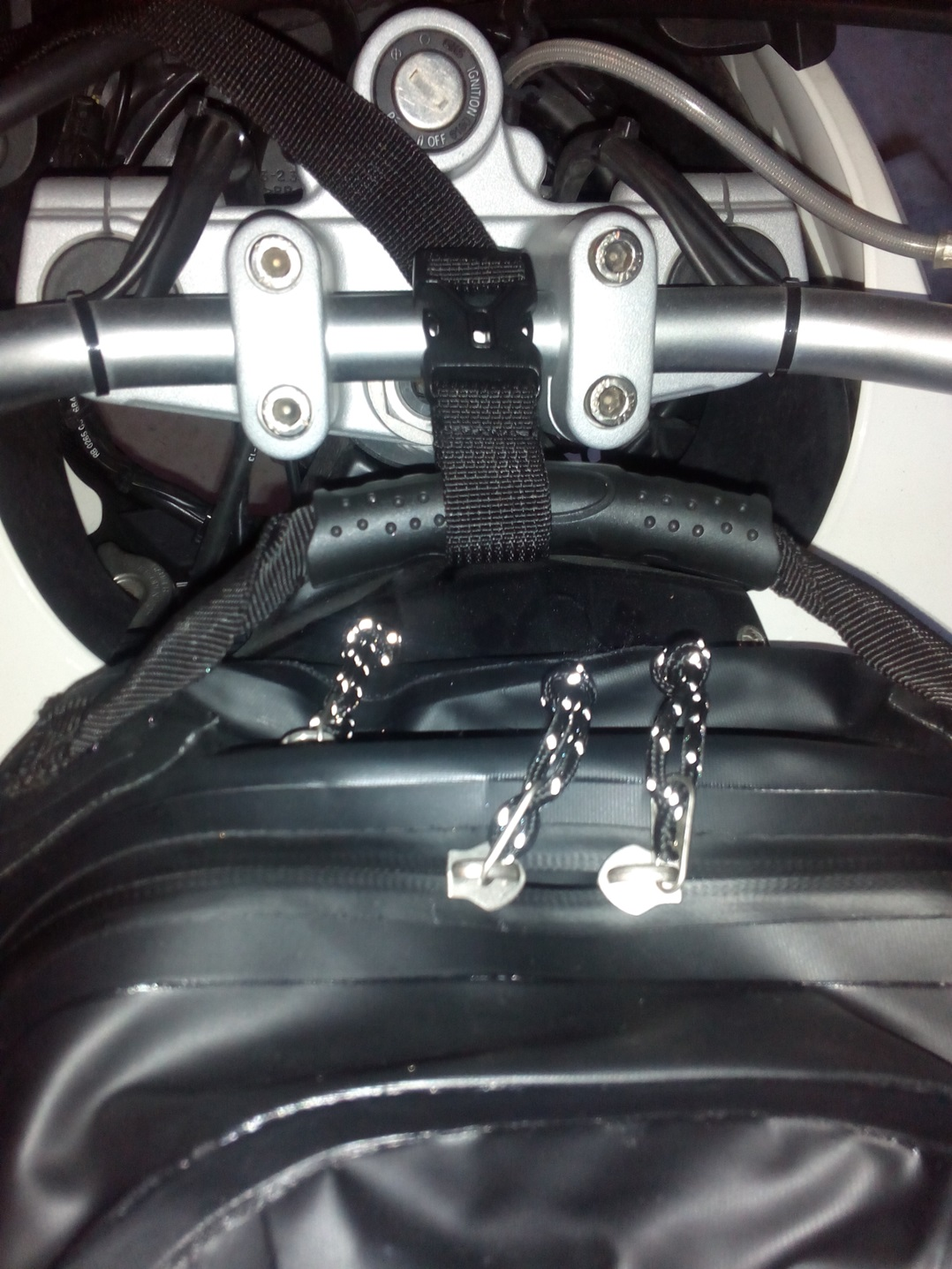 Ato la mochila al manillar con cinta y cierre